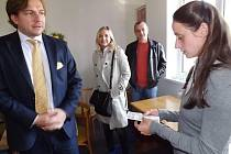 Michal Babák a Kateřina Klasnová v kanceláři při předání daru a vpravo s dětmi ve školce.
