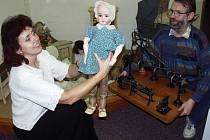 Radmila Holodňáková na archivním snímku s historickou hračkou  v žateckém muzeu.