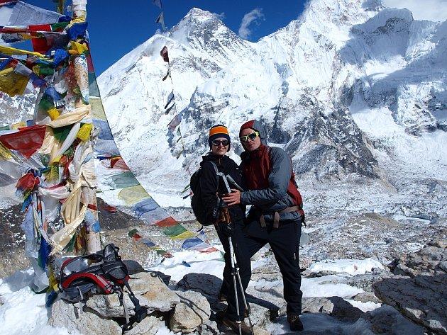 Petra a Štěpán Kotkovi budou v Peruci opět vyprávět o jejich cestě Nepálem. Na snímku jsou na vyhlídkové hoře Kala Pattar (5545). Za nimi je vrchol Everestu