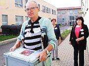Josef Šimonovský, předseda okrskové volební komise v Novém Sedle, nese urnu do věznice.