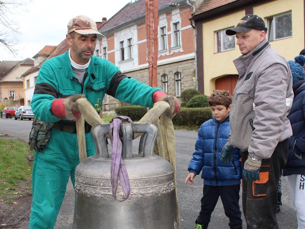 Kostel v Liběšicích má nový zvon. Do věže ho vyzvedl jeřáb
