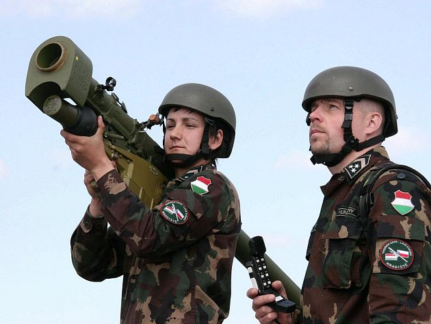 Maďarští vojáci při včerejších střelbách z ručního protiletadlového raketového kompletu  SA-16 Gimlet na střelnici Březina ve výcvikovém prostoru Hradiště.