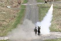 Vojáci střílí protiletadlovou raketu na Doupově