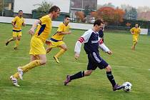Utkání fotbalistů Dobroměřic (ve žlutém) proti Domoušicím