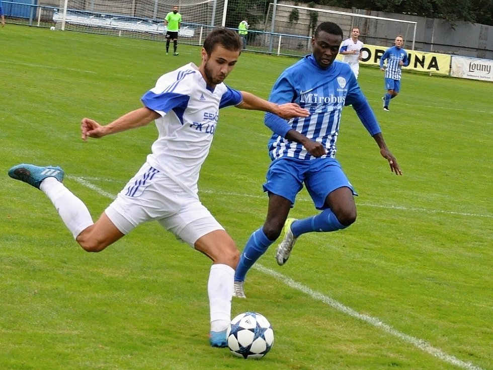 Fotbalisté Loun (v bílém) v posledním domácím utkání proti České Lípě