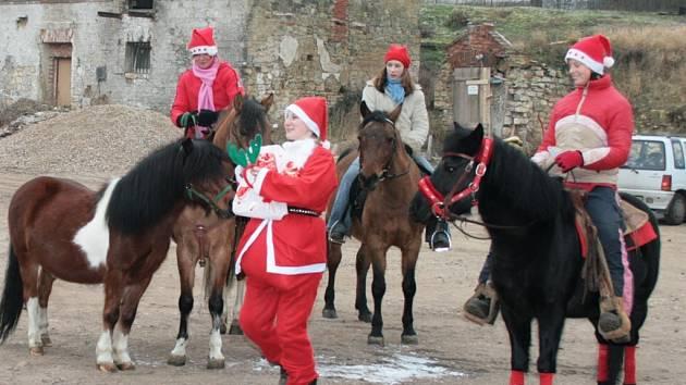 Jezdci ze statku v Tatinné vyjeli v převlecích za Santu.