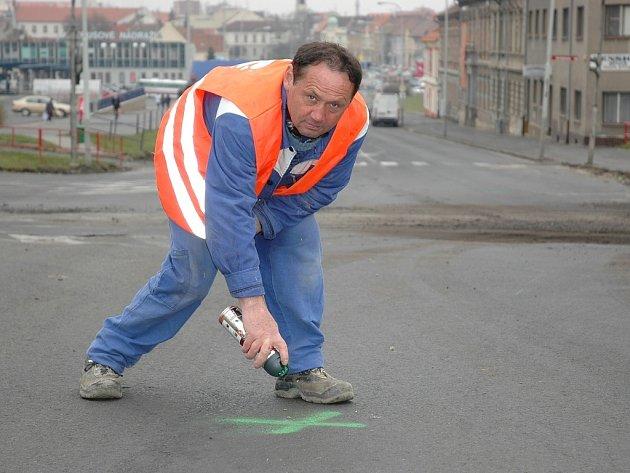 Zdeněk Rendl vyznačuje bod na křižovatce u prodejny Plus v Lounech.