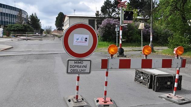 V Lounech začala rekonstrukce komunikace v Poděbradově ulici v úseku od železničního přejezdu ke vjezdu do areálu technické správy města.