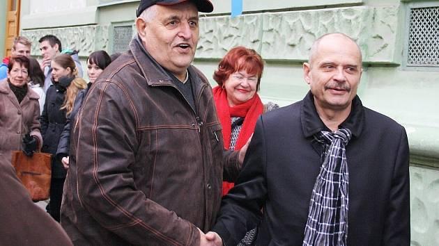 Josef Frolík (vlevo) se zdraví se starostou Loun Radovanem Šabatou