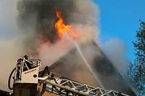 Hasiči likvidují požár domu v Podbořanech