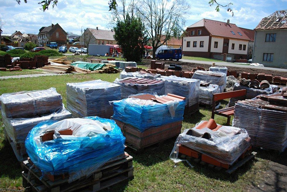 Sobota 3. července v obci Stebno na Lounsku. Darovaný materiál se hromadí na návsi.