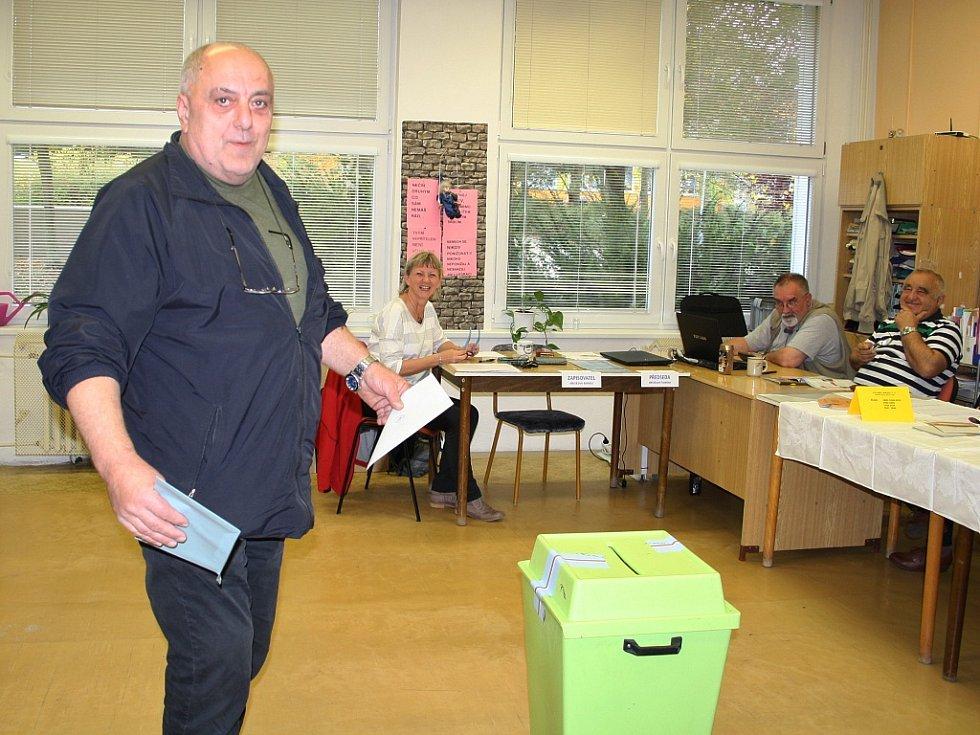 """Páteční volby na ZŠ Školní v Lounech. """"V našem volebním okrsku přišla k volbám za první dvě hodiny přibližně stovka voličů,"""" uvedla zapisovatelka volební komise Taťána Tkadlečková."""