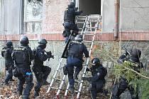 Cvičení policejní zásahové jednotky v areálu lounské nemocnice