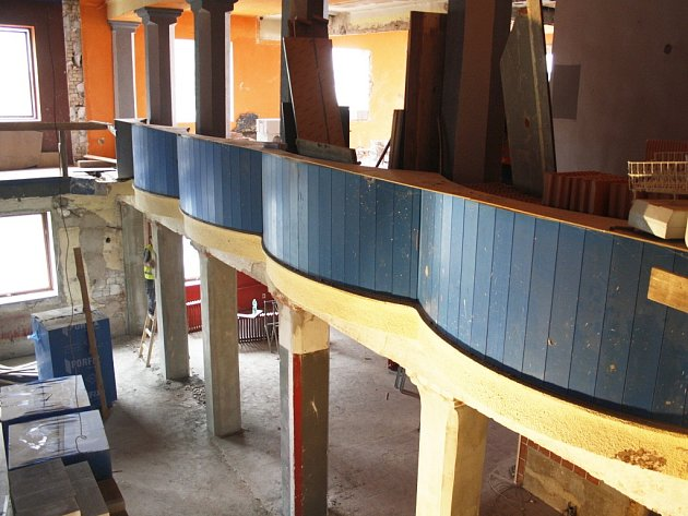 Zajímavé oblé balkony budou interiér zdobit i nadále
