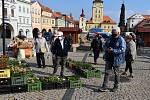Na náměstí Svobody v Žatci v pátek 15. května po koronavirové pauze proběhly farmářské trhy.
