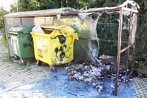 Shořelé kontejnery a přístřešek v žatecké ulici u Jezu.
