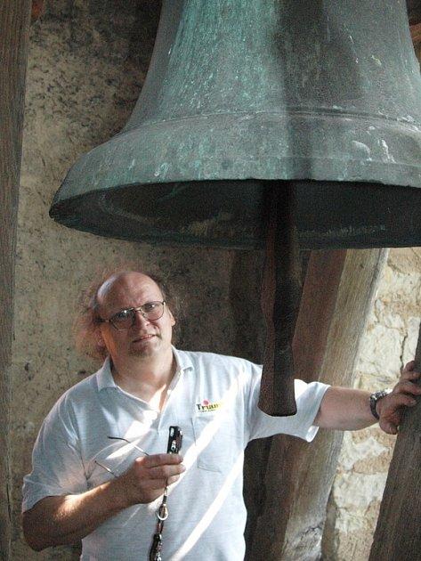 Vladimír Malík zvoní na zvon kostela ve Smolnici.