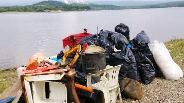 Odpad v pytlích, který v minulých letech dobrovolníci sesbírali z břehů Nechranické přehrady, je připravený na odvoz a zlikvidování.