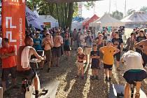 Charitativní akce Nadace ČEZ Pomáhej pohybem umožnila návštěvníkům festivalu šlapat na speciálních kolech a získat peníze pro dva projekty. Na kolech bylo pořád plno.