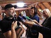 Režisér Dan Svátek v léčebně v Petrohradě. V roce 2002 debutoval svým vlastním celovečerním snímkem Zatracení (The Damned), pojednávajícím o mladíkovi, který byl zadržen při pokusu propašovat heroin z jihovýchodní Asie.