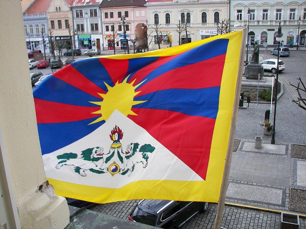 Tibetská vlajka visí na budově lounské radnice pravidelně.