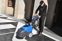 Lounská radnice zakoupila nový čistící stroj na údržbu piazzetty.