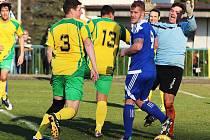 Fotbalisté Podbořan (ve žlutém) porazili na svém hřišti Postoloprty v obou letošních utkáních. Snímek je z března.