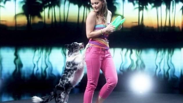 Alena Smolíková vystupuje s fenkou Jerry v semifinále soutěže  Československo má talent.