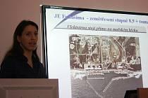 Edita Bromová vysvětluje žákům, co se stalo v jaderné elektrárně Fukušima.