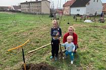 Okrašlovací spolek ve Stroupči na Žatecku připravil na víkend výsadbu Dětského sadu.