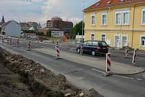 V Hrnčířské ulici v Lounech poblíž autobusového nádraží se rekonstruuje veřejné osvětlení. V místě probíhají výkopové práce.