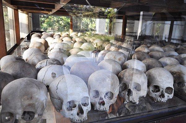 Pozůstatky po vraždění obyvatel ze strany ultralevicových Rudých Khmérů.