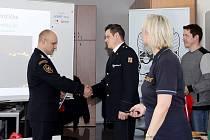 Michal Hrdlička (vpravo) přebírá ocenění za svůj snímek