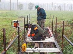 Ludovit Srp a Josef Soukup pracují na opravě lávky přes Blšanku v Holedeči.