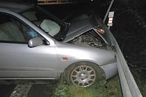 Rozbitý vůz po nehodě na kruhovém objezdu u Loun.