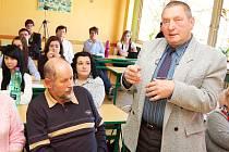 Blšanský starosta Petr Bukáček debatuje se studenty