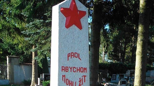 Hrob neznámého hrdiny na hřbitově ve Vroutku, který byl v srpnu opraven na náklady ruské ambasády.
