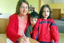 Maminka Ilona Šefrnová zapisuje v žatecké mateřské škole dceru Veroniku Šefrnovou. Doprovodil je i mladší bratr Daniel.