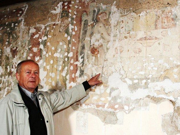 Starosta Dobroměřic Jaroslav Fořt ukazuje část vzácných fresek v kostele.