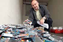 Zabavený materiál nyní schovává Policie ČR v Chomutově na svém dvoře. Ředitel Policie ČR Chomutov Jiří Volprecht má z dobře odvedené práce radost.