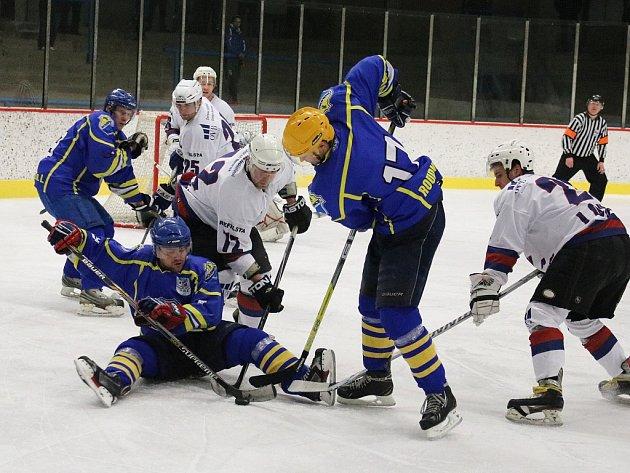 Lounští hokejisté (v bílém). Archivní foto.