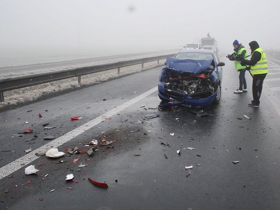 Mezi Sulcem a Panenským Týncem se ráno na zledovatělé vozovce odehrála celá řada menších kolizí
