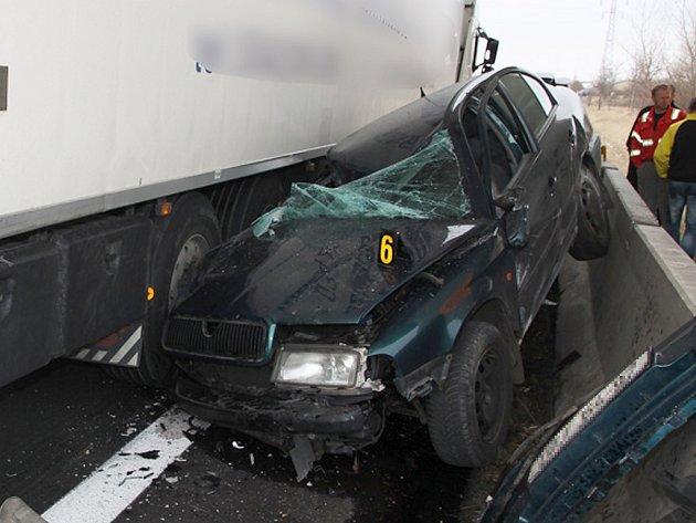 Srážka osobního a nákladního vozu na silnici č.7 pod viaduktem silnice na Cítoliby