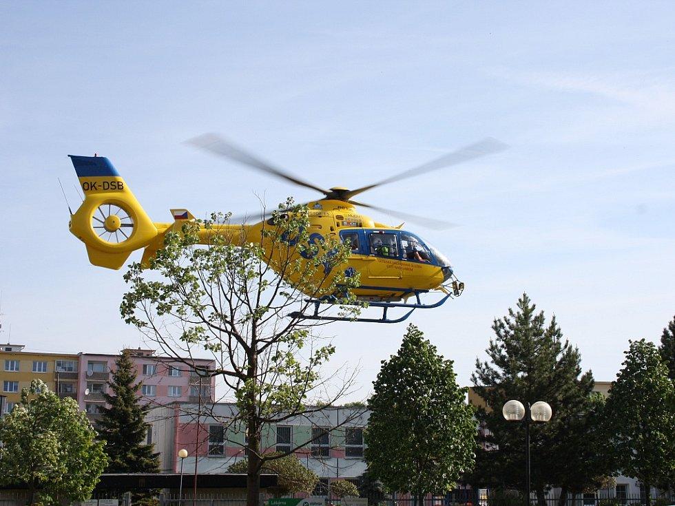 Záchranáři spěchají s pacientkou do nemocnice