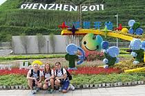 Jana Brabcová, Michaela Musilová a Jana Lorencová (zleva) u loga univerziády, která se koná v Číně.
