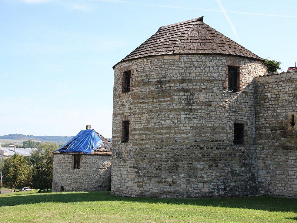 Bašty v dochovaném opevnění města Louny