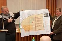 Jednatelé společnosti Canatur, Roman Honzík (vlevo) a Rolf Scheider, ukazují podbořanským zastupitelům plány nového závodu na zpracování technického konopí.