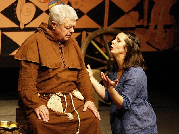 Lounské divadlení vidělo v minulých letech například veselou hru Montekovic Julie v podání Divadla Navenek Kadaň