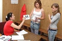 Petra Záluská (vlevo) z agentury PJ casting předává zájemkyním o komparz v seriálu číslo, se kterým byly pro potřeby režie vyfotografovány.