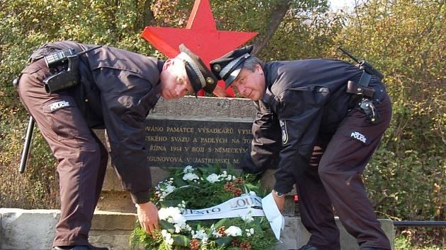 Strážníci Městské policie v Lounech Petr Brindler (vlevo) a Ladislav Žoha pokládají při pietním aktu věnec u památníku padlým partyzánům v Mělcích u Loun.